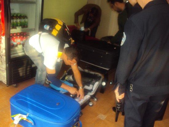 Home Inn (Beijing Dongzhimen): sendo revistados na recepçao do hotel