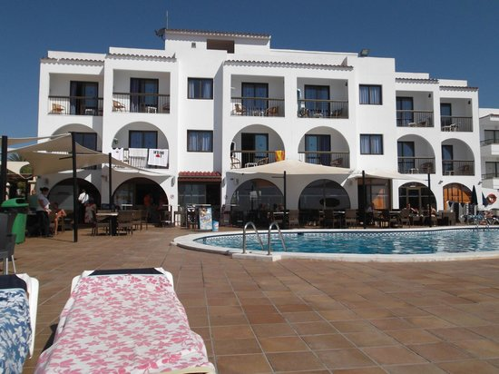 Apartamentos Sal Rossa Ibiza: looking at front from beach,