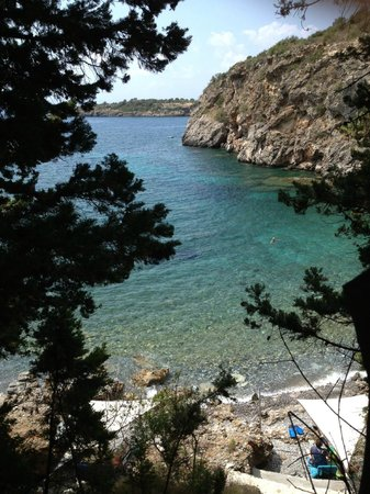 Kalamitsi Hotel : The private beach at the bottom of the cliff in front of Kalamitsi