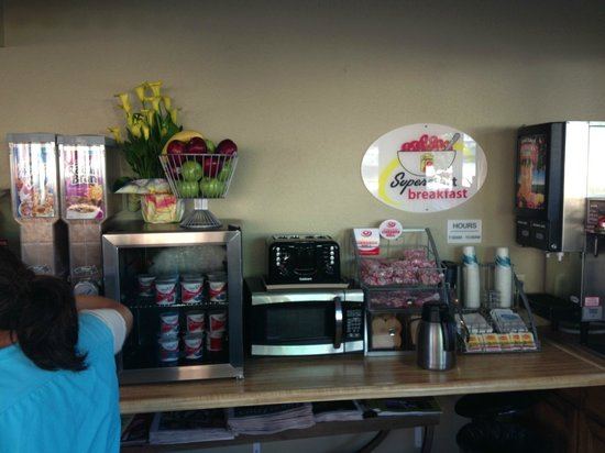 Super 8 Santa Cruz/Beach Boardwalk East: Breakfast area (actually lobby)