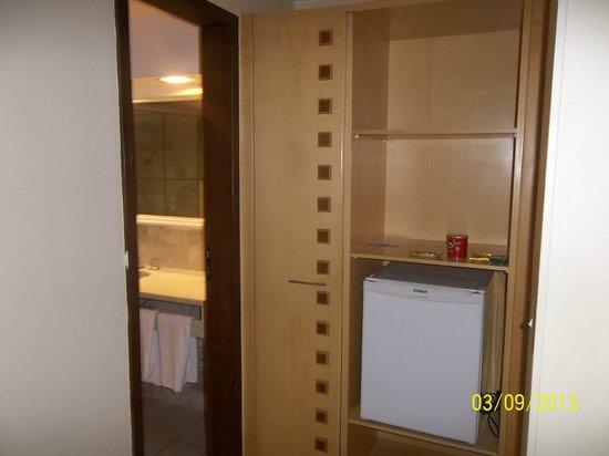 Bittar Plaza Hotel : frigobar e armario