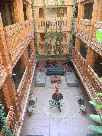 Nordic Hotel: Espas central de l'hôtel avec salon.