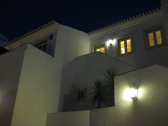 بوزادا دي أوريم - تشارمنج هوتل: Detalle nocturno