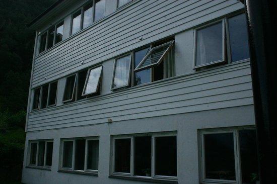 Heimly Pensjonat: Fronte dell'hotel con nostra camera con finestra aperta
