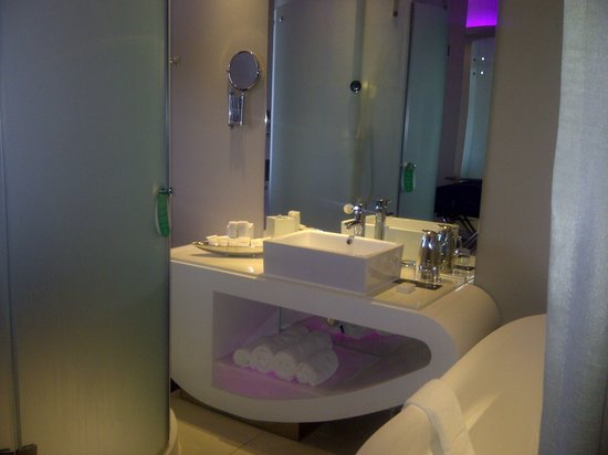 Cape Town Marriott Hotel Crystal Towers: View of bathroom