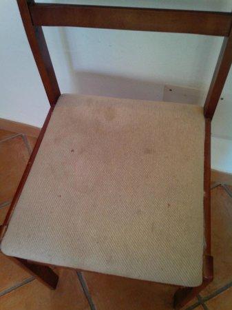 Residence la Contessa : Da vomito ...... tipo sedie abbandonate al cassonetto