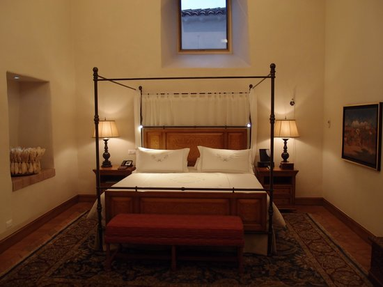 Belmond Palacio Nazarenas: High ceilinged bedroom