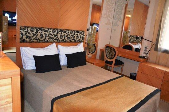 Marmara Hotel Budapest: Camera più stretta rispetto alle foto del sito che evidentemente sono riferite alle Suite
