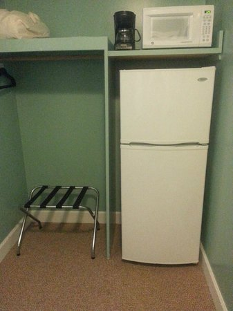 The Chesapeake Inn: Fridge, Microwave, 4 cup coffee maker