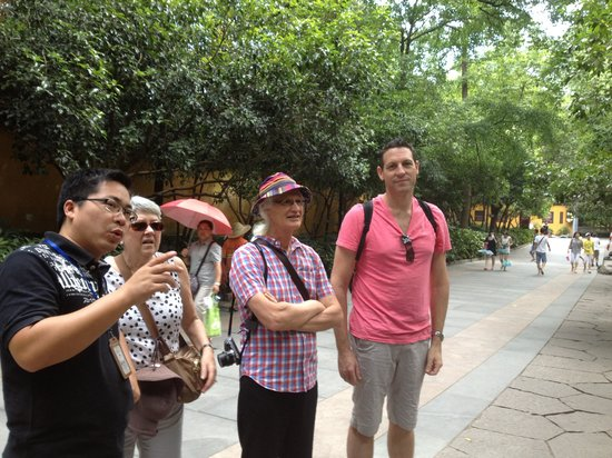 China Private Tours-Day Tour : David sharing his knowledge with us