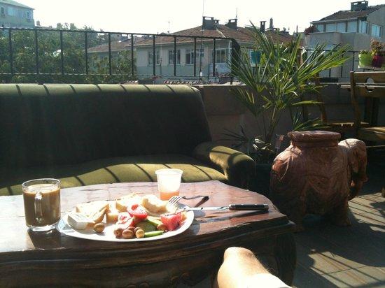 Hush Hostel Moda : A breakfast on the terrace