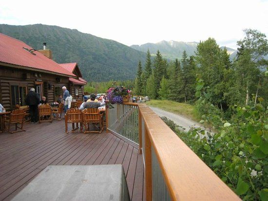 Kenai Princess Wilderness Lodge : Patio overlooking the Kenai River - great place for dining