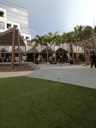 Boca Raton Marriott at Boca Center: English Tap & Beer behind Hotel