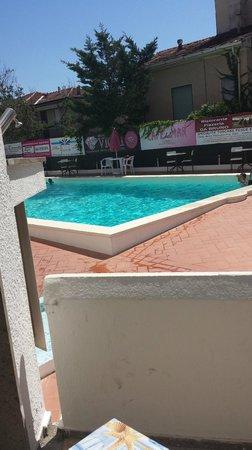 Tirreno : La piscina vista dal nostro balcone