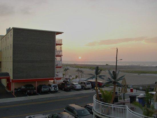 Coliseum Ocean Resort: Sunrise from the room