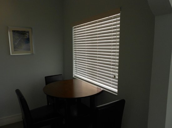 Hollywood Beachside Boutique Suites: Dining area