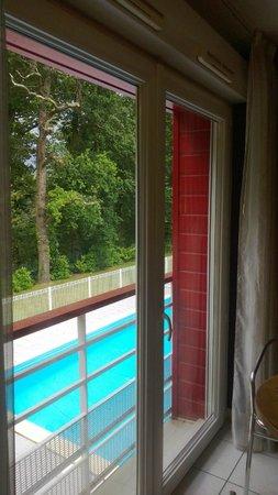 Univea Suites Confort Nantes Beaujoire : vista para a piscina