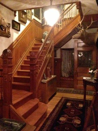 Mansion District Inn Bed & Breakfast : staircase