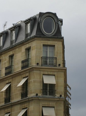 Le Metropolitan, a Tribute Portfolio Hotel : Outside view of our top floor room oval window