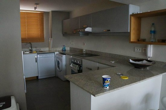 Cape Bay Beach Apartments by BARNES: kitchen