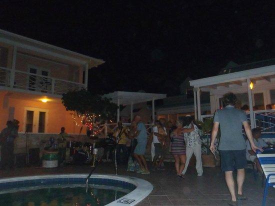 Peace and Plenty: Musica bordo piscina