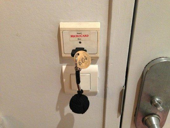 Pavillon Porte de Versailles: Aperta la porta, la chiave si inserisce in questa fessura per alimentare luci e prese elettriche