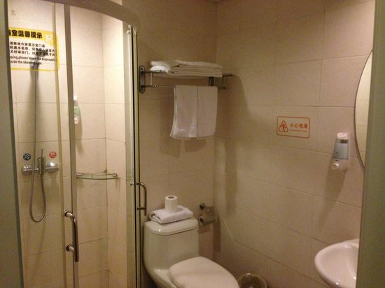Green Oasis Hotel: Clean bathroom