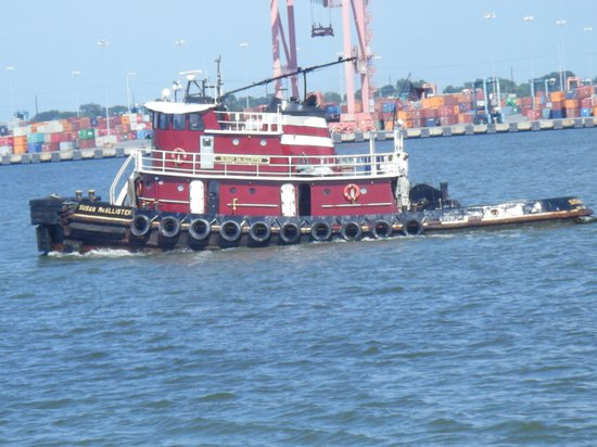 Sheraton Norfolk Waterside Hotel : tugboats on the river