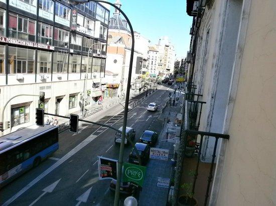 Hostal Rivera: balcone che affaccia sulla strada principale