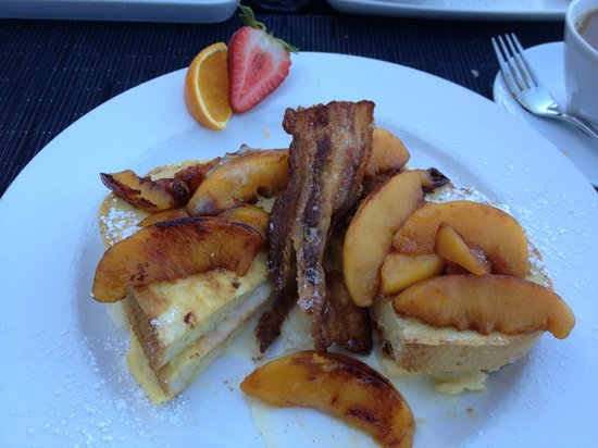 Brentwood Bay Resort & Spa: Amazing French Toast with mascarpone and caramelized peaches