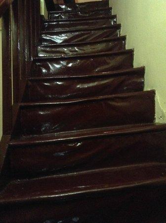 Ifigenia Rooms and Studios: scala pericolante (e pericolosa)