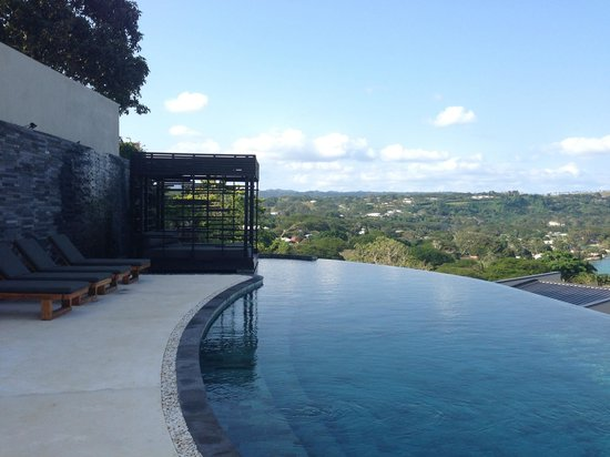 The Terraces Boutique Apartments: Infinity pool and sun lounger