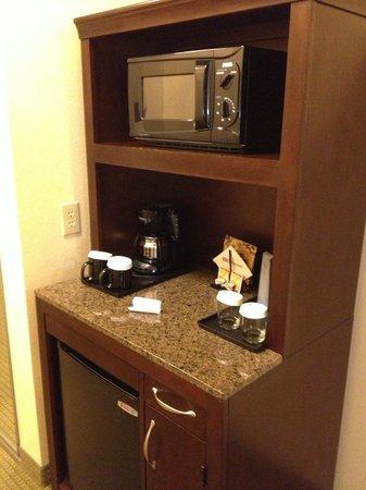 Hilton Garden Inn Beaumont : frig and microwave