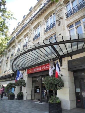 Crowne Plaza Paris Republique: hotel entrance