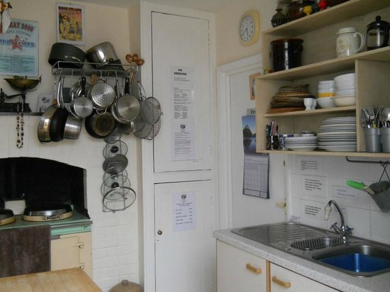 Falmouth Lodge Backpackers : Well equipped kitchen