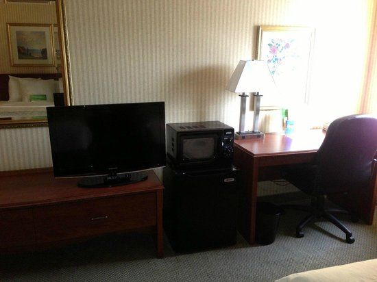 La Quinta Inn & Suites Harrisburg Airport Hershey : Microwave and Fridge