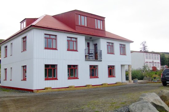 Storulaugar Guest House : Motel-like building and house (in background)