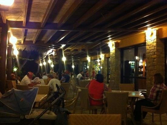 Roccamare Resort: portico serale con american bar al lunedi