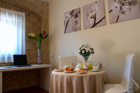 Il Portico B&B & Resort : interno camera, con colazione in camera