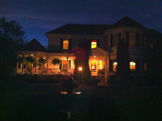 Harmony Hill Bed & Breakfast: Harmony Hill at dusk