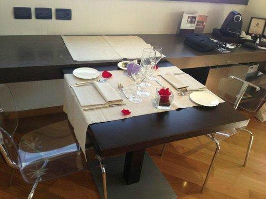 The Hub Hotel: Tavolo preparato in camera per cena romantica