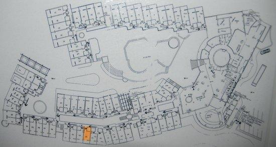 Mythos Palace: Море Слева. Громкая анимация и дорога (+ горы) справа.