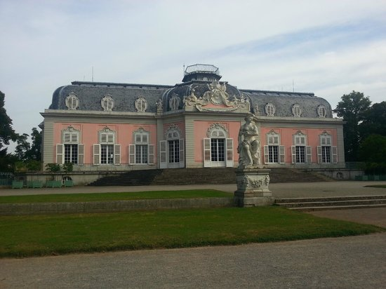 Rheinterrasse Benrath : парадный вид замка в парке за отелем