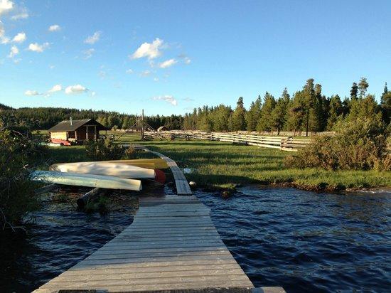 Terra Nostra Guest Ranch: Sicht vom See auf die Ranch