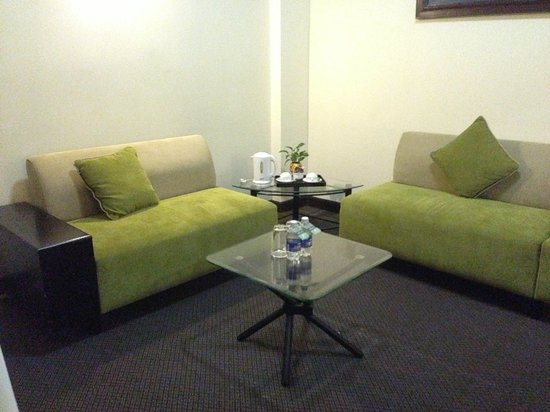 Liberty Hotel Saigon Greenview: Suit Room - Sofa