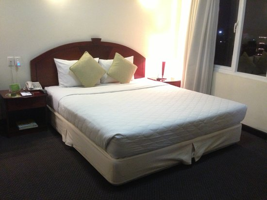 Liberty Hotel Saigon Greenview: Suit Room Bed