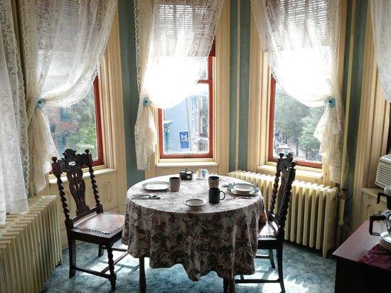 DeFeo's Manor B&B: The Suite's Private Breakfast Nook :)