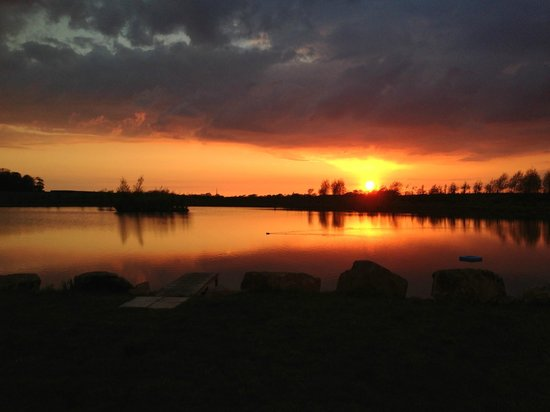 Stanley Villa Farm Camping: Sunset over lake