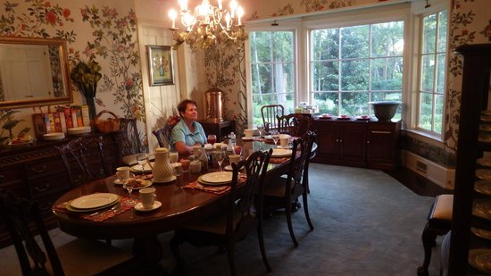 Pond House Inn: Breakfast in the Dining Room