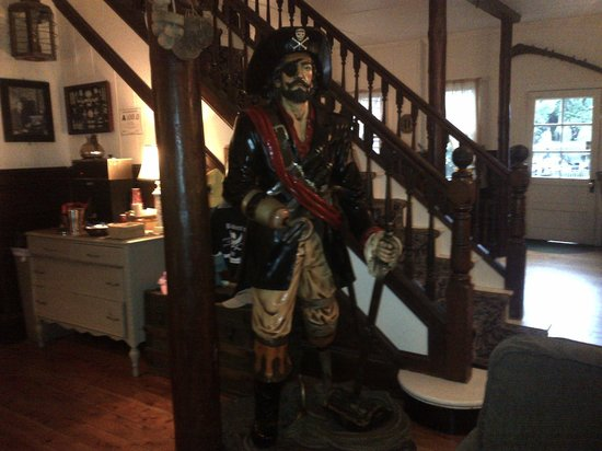 Blackbeard's Lodge : Statue of Blackbeard in the lobby